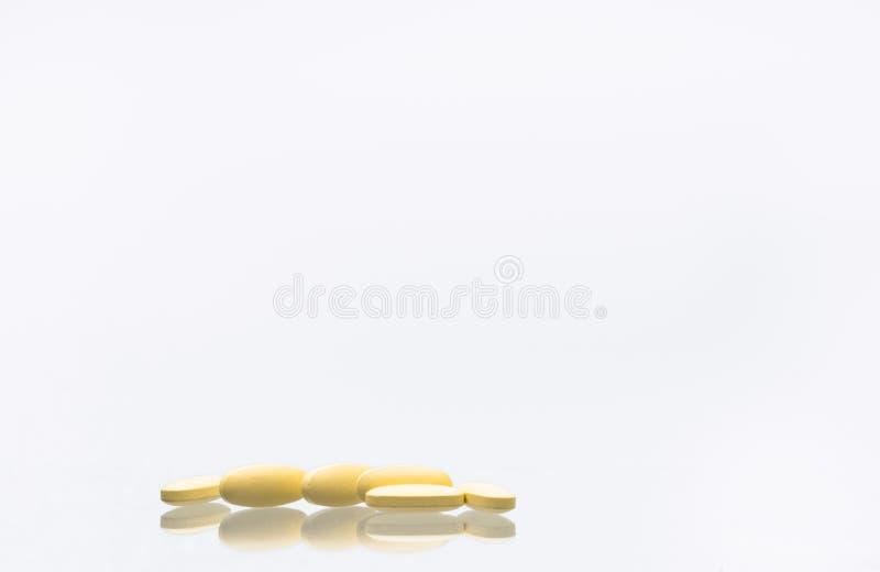 Tiro macro de las píldoras de las tabletas del magnesio de la vitamina C 1.000 aislado en wh imagenes de archivo