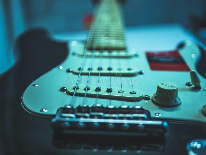 Tiro macro de las secuencias de la guitarra eléctrica y del botón del volumen imágenes de archivo libres de regalías