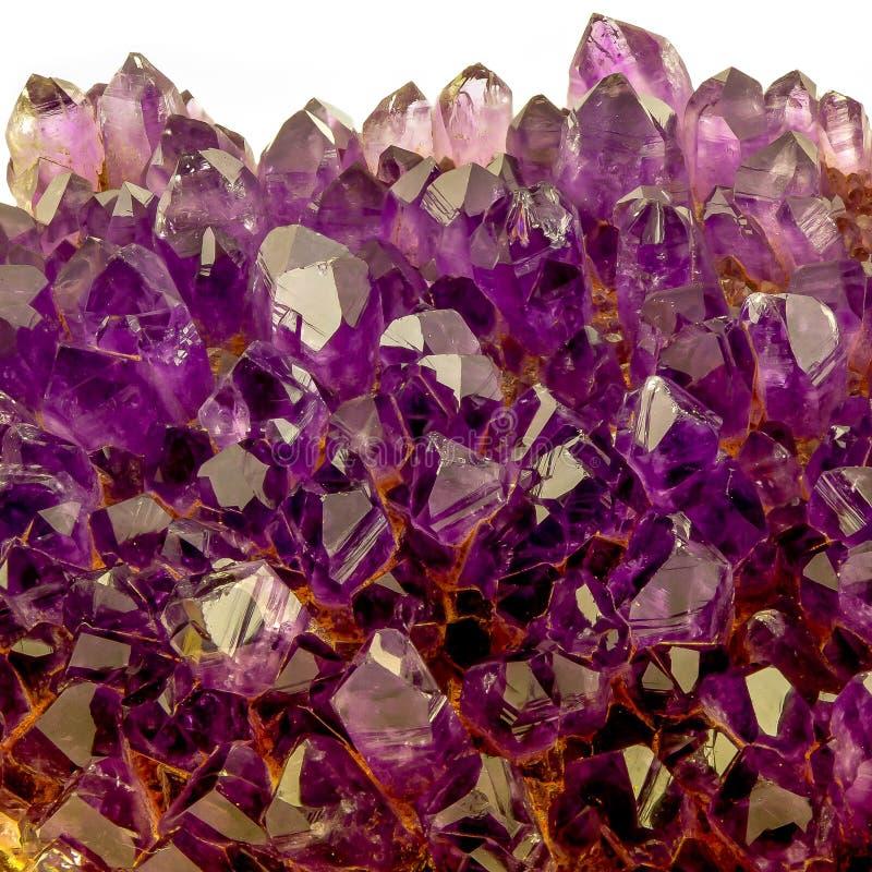 Tiro macro de los cristales transparentes de la amatista del color agradable foto de archivo libre de regalías