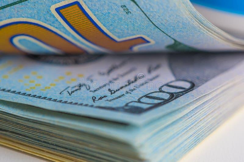 Tiro macro de 100 notas de dólar dos E.U., no quadro da dignidade fotografia de stock