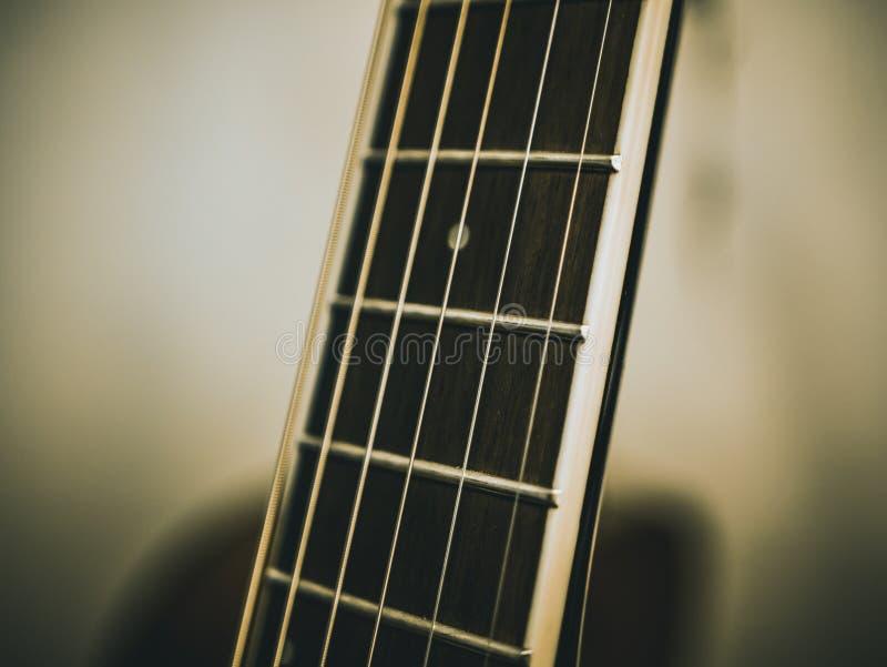 Tiro macro de secuencias de la guitarra acústica clásica imagen de archivo libre de regalías