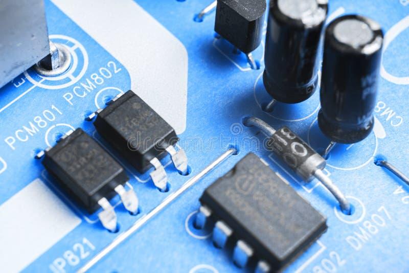 Tiro macro de um Circuitboard com microchip dos resistores e componentes eletrônicos Tecnologia de material informático Communi i imagem de stock