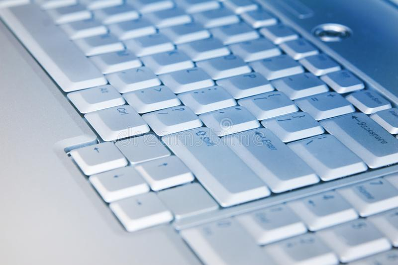 Tiro macro de um teclado de prata do port?til Uma imagem do close-up da pe?a do teclado do port?til foto de stock