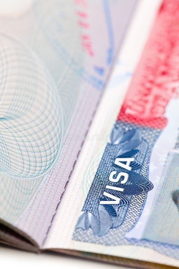 Tiro macro de um visto dos E.U. na página do passaporte imagem de stock royalty free