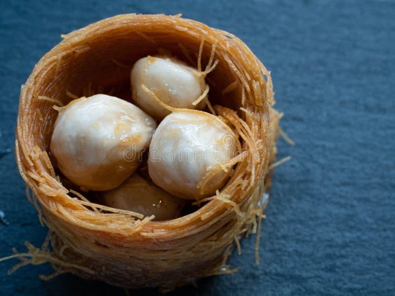 tiro macro del baklava turco con la avellana foto de archivo