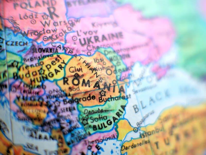Tiro macro del foco de Rumania en el mapa del globo para los blogs del viaje, los medios sociales, las banderas del sitio web y l imagenes de archivo