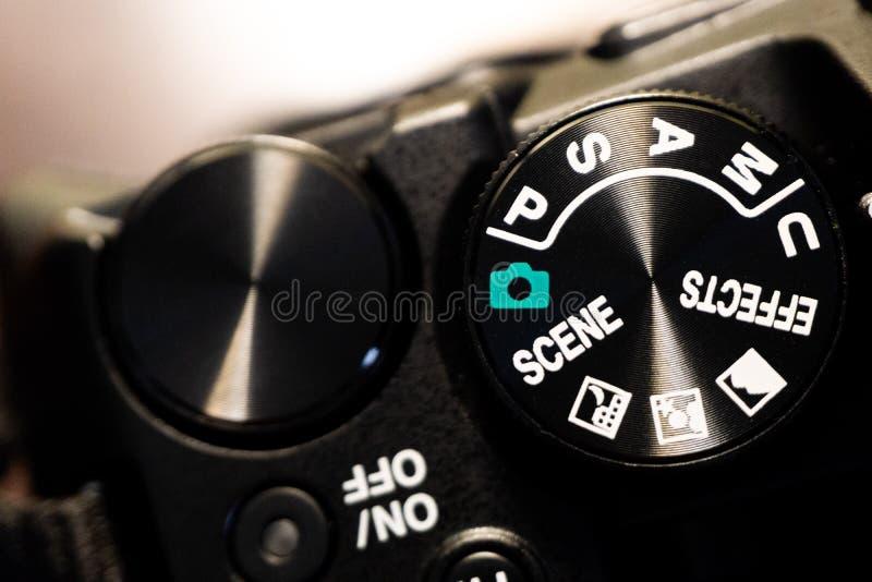 Tiro macro del primer del cuerpo de cámara negro con los botones para controlar y para cambiar modos del tiroteo fotografía de archivo libre de regalías