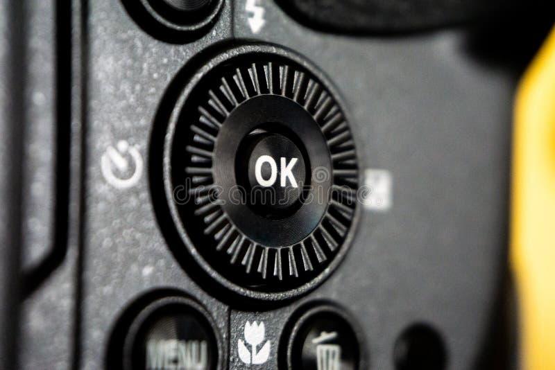 Tiro macro del primer del cuerpo de cámara negro con los botones para controlar y para cambiar modos del tiroteo foto de archivo libre de regalías