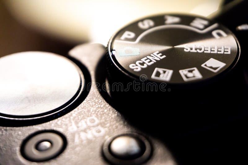 Tiro macro del primer del cuerpo de cámara negro con los botones para controlar y para cambiar modos del tiroteo fotos de archivo libres de regalías
