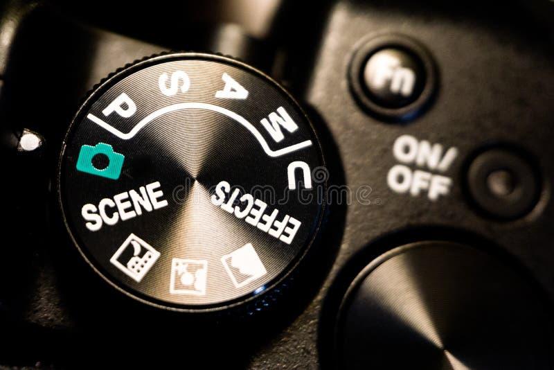 Tiro macro del primer del cuerpo de cámara negro con los botones para controlar y para cambiar modos del tiroteo foto de archivo