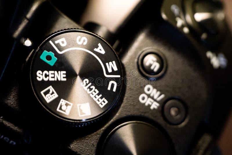 Tiro macro del primer del cuerpo de cámara negro con los botones para controlar y para cambiar modos del tiroteo fotografía de archivo