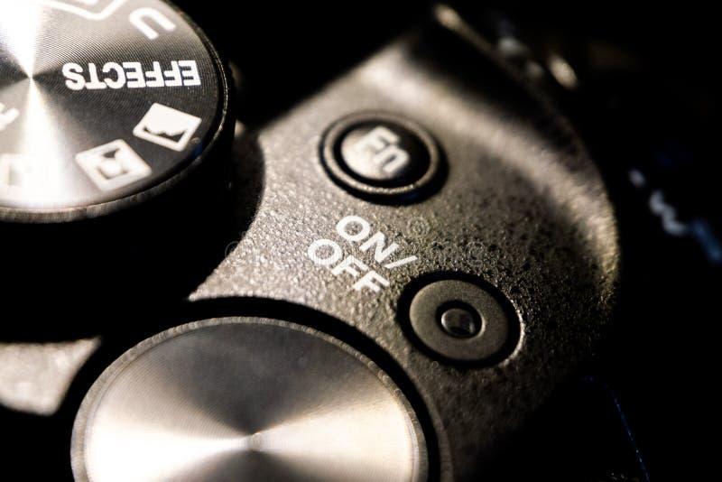Tiro macro del primer del cuerpo de cámara negro con los botones para controlar y para cambiar modos del tiroteo imágenes de archivo libres de regalías
