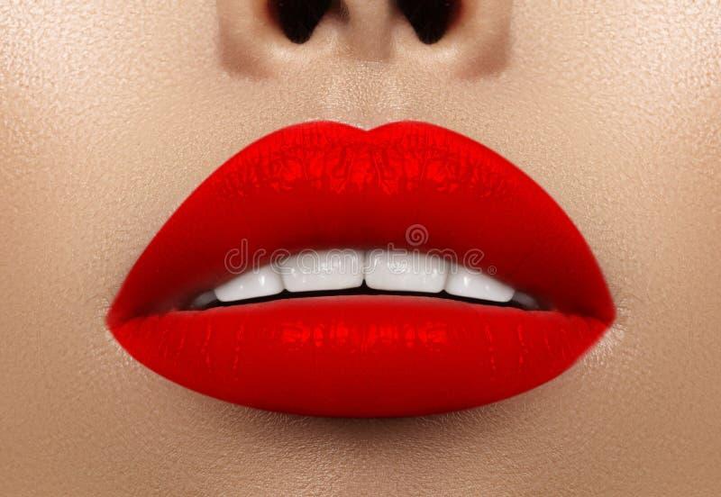 Tiro macro do close-up da boca fêmea Composição vermelha dos bordos do encanto 'sexy' com gesto da sensualidade Batom sangrento foto de stock royalty free