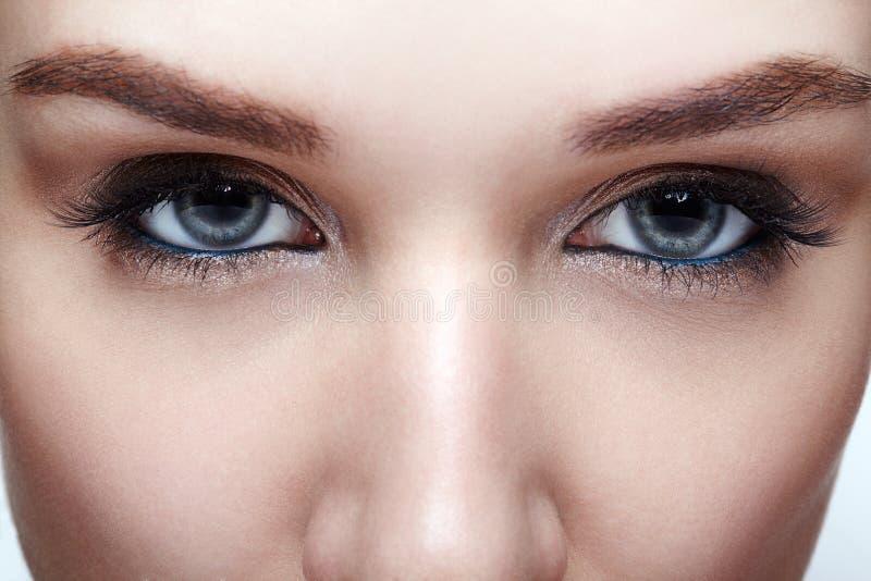 Tiro macro do close up do olho humano azul da mulher imagens de stock