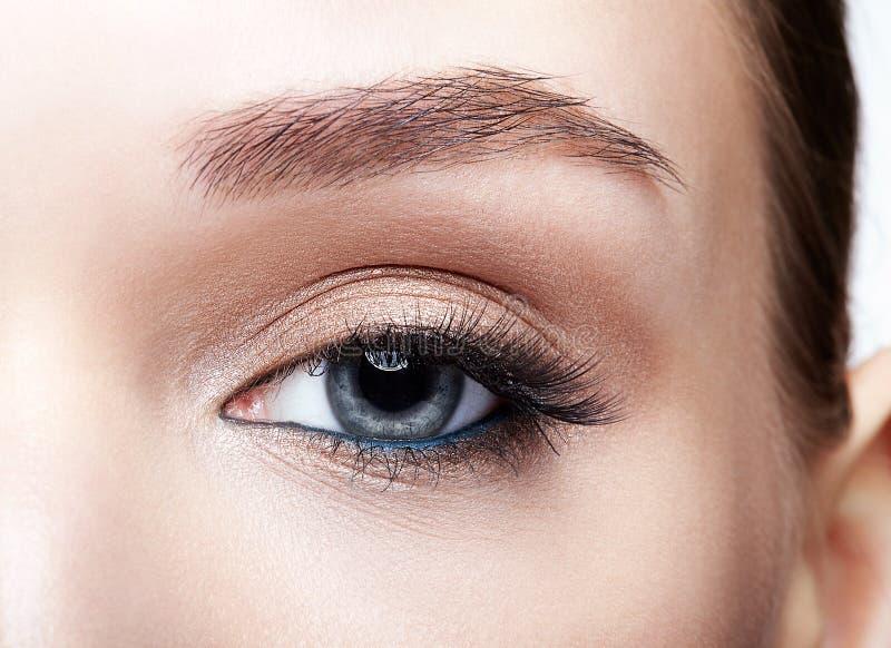 Tiro macro do close up do olho humano azul da mulher foto de stock