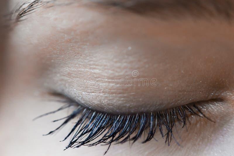 Tiro macro do olho bonito da mulher fechado fotografia de stock
