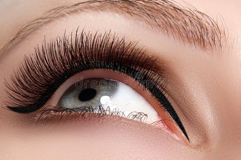 Tiro macro do olho bonito do ` s da mulher com as pestanas extremamente longas imagens de stock