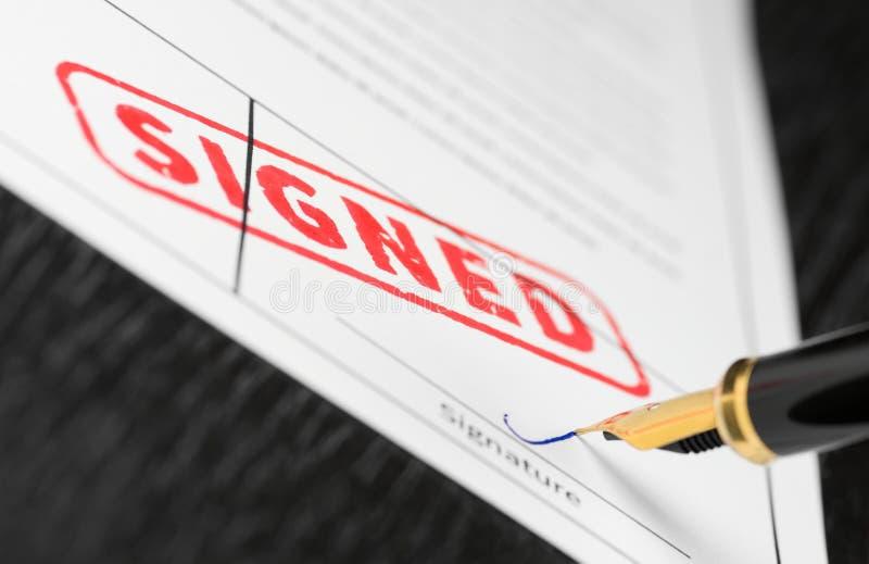 Tiro macro do selo vermelho assinado e da pena de fonte em um formulário imagens de stock royalty free