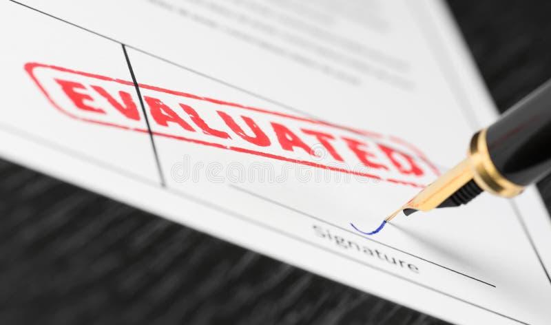 Tiro macro do selo vermelho avaliado e da pena de fonte em um formulário fotografia de stock royalty free