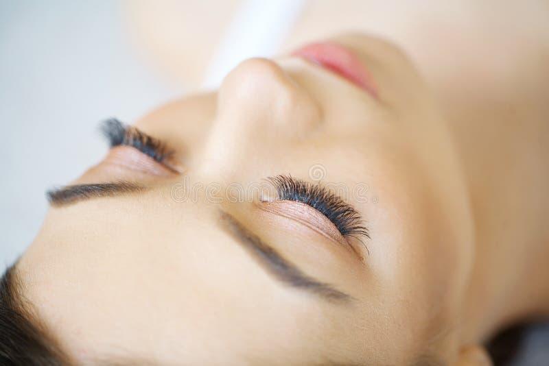Tiro macro hermoso del ojo femenino con las pestañas largas extremas a fotografía de archivo