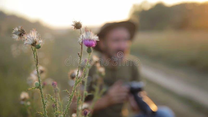 Tiro masculino da fotografia em um ajuste exterior bonito video estoque