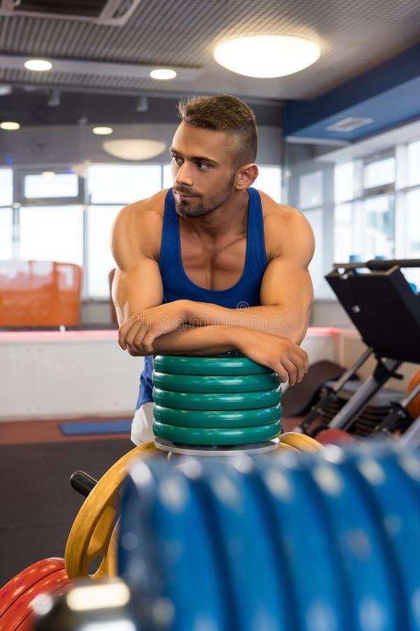 Tiro masculino deportivo joven en un gimnasio fotografía de archivo libre de regalías