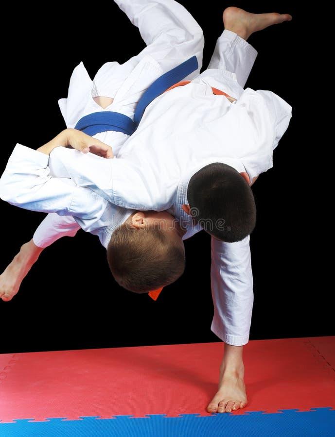 Tiro muy alto en deportista de ejecución con la correa anaranjada foto de archivo libre de regalías