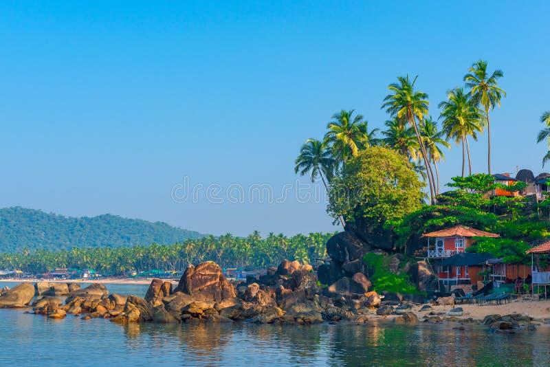 Tiro na praia tropical da manhã fotografia de stock royalty free