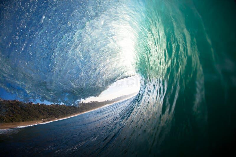 Tiro oco causando um crash da água do bordo da onda fotografia de stock