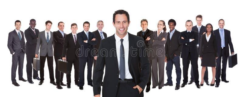 Tiro panorámico de empresarios confiados imagenes de archivo