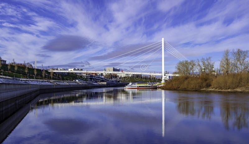 Tiro panorámico del río de Tura en Tyumen foto de archivo