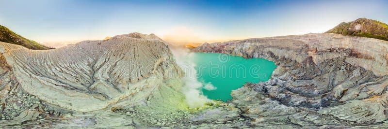 Tiro panorâmico aéreo do vulcão de Ijen ou do Kawah Ijen na língua indonésia Contenção famosa do vulcão fotografia de stock royalty free