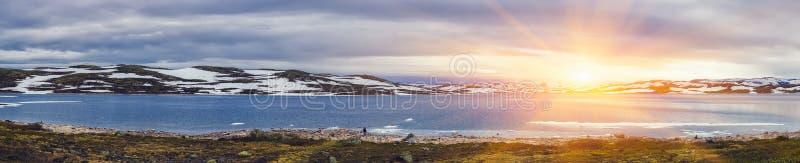 Tiro panorâmico da cena bonita do nascer do sol sobre a montanha fotos de stock