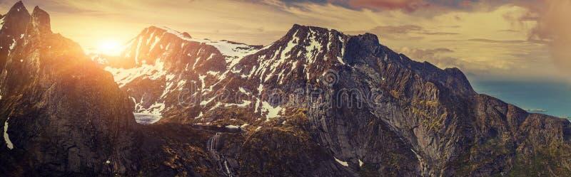 Tiro panorâmico da cena panorâmico bonita, da montanha e do fiorde, foto de stock royalty free