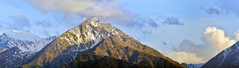 Tiro panorâmico das montanhas no tempo nebuloso, Cazaquistão fotografia de stock royalty free