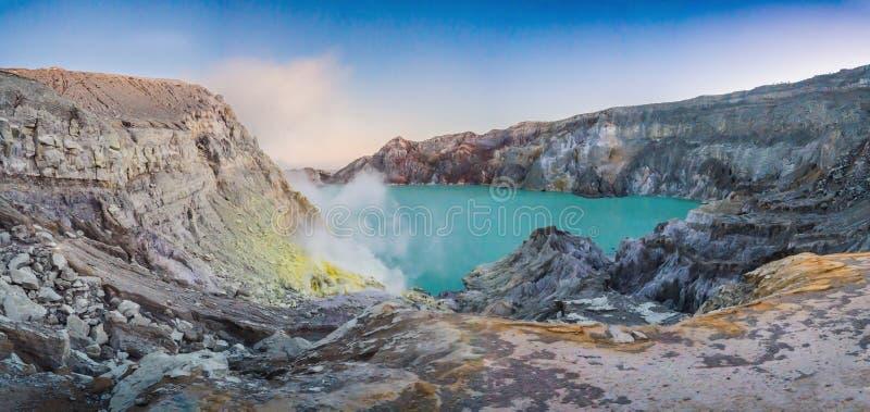 Tiro panorâmico do vulcão de Ijen ou do Kawah Ijen na língua indonésia Vulcão famoso que contém o mais grande dentro fotografia de stock royalty free