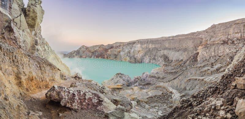 Tiro panorâmico do vulcão de Ijen ou do Kawah Ijen na língua indonésia Vulcão famoso que contém o mais grande dentro foto de stock