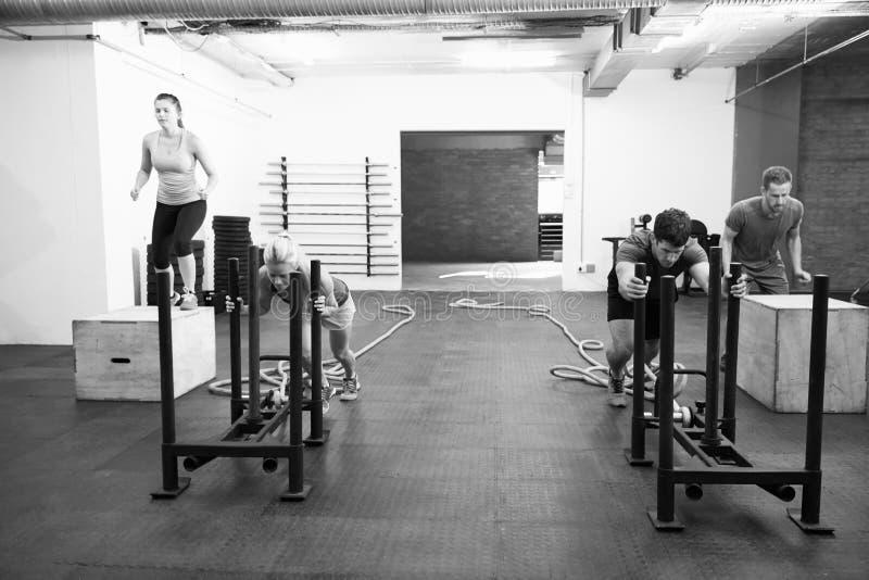 Tiro preto e branco dos povos no treinamento do circuito do Gym fotos de stock royalty free