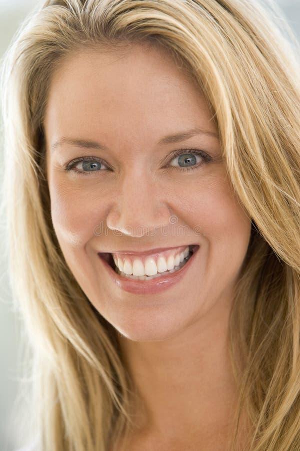 Tiro principal de la sonrisa de la mujer fotografía de archivo