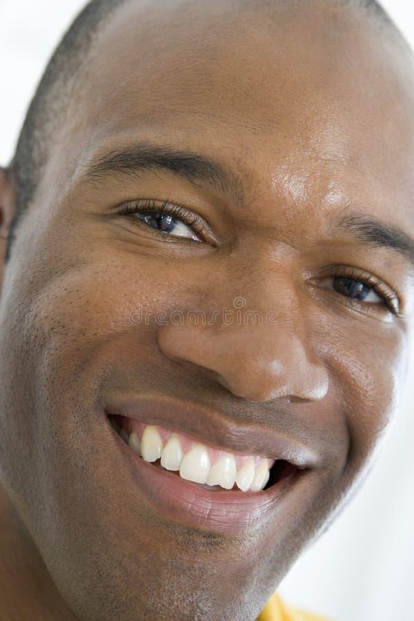 Tiro principal de la sonrisa del hombre fotos de archivo libres de regalías
