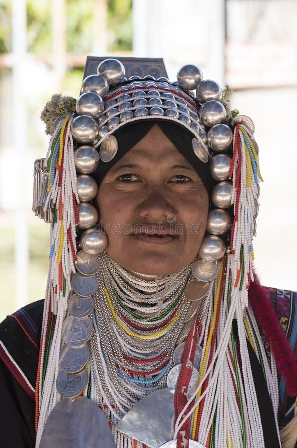 Tiro principal de senhora não identificada do tribo de Akha com cabeça feita sob encomenda completa imagem de stock