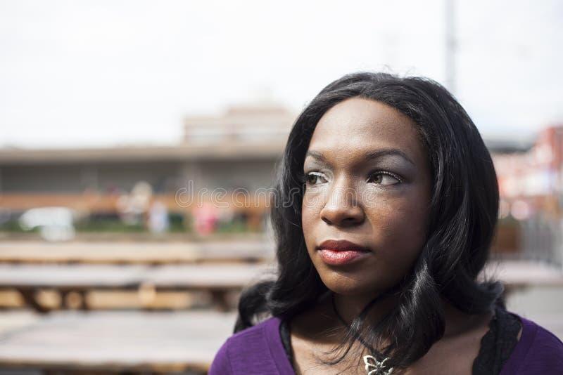 Tiro principal da mulher americana africana bonita foto de stock