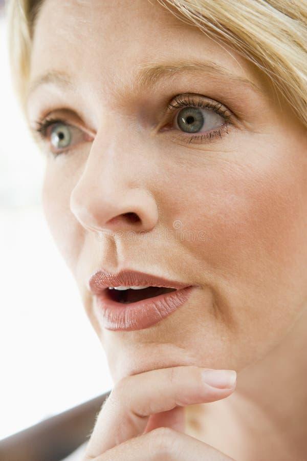 Tiro principal do pensamento da mulher fotos de stock