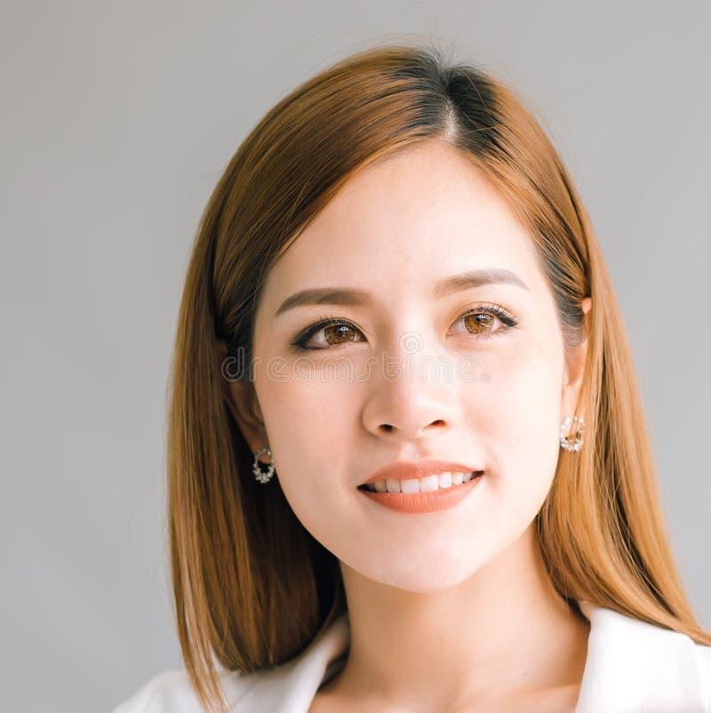 Tiro principal do retrato da mulher asiática nova bonita que olha para fora lateral fotos de stock royalty free
