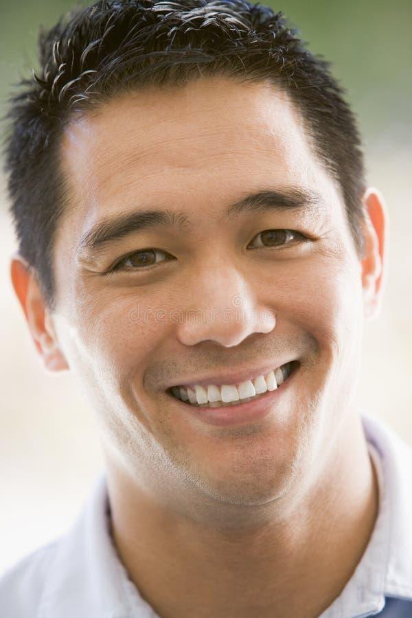 Tiro principal do sorriso do homem fotos de stock royalty free