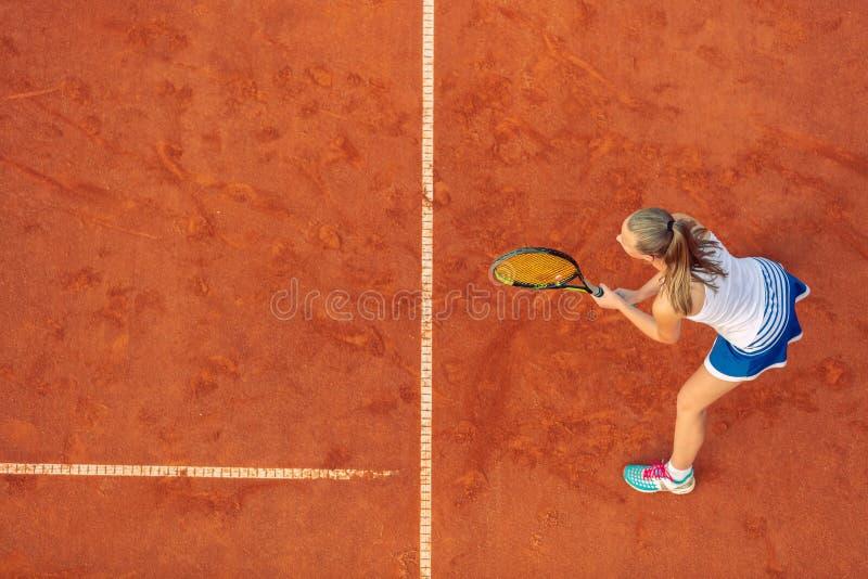 Tiro a?reo de un jugador de tenis de sexo femenino en una corte durante partido Mujer joven que juega a tenis Opini?n de alto ?ng fotos de archivo libres de regalías