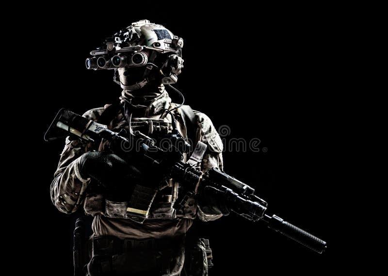 Tiro scuro dello studio del tiratore delle forze speciali dell'esercito immagine stock libera da diritti