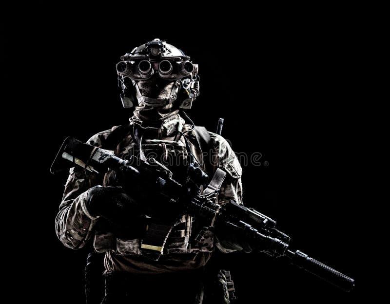 Tiro scuro dello studio del tiratore delle forze speciali dell'esercito fotografia stock libera da diritti