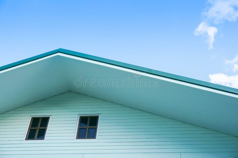 Tiro simétrico do detalhe do frontão verde do telhado que mostra o painel da ventilação fotos de stock royalty free