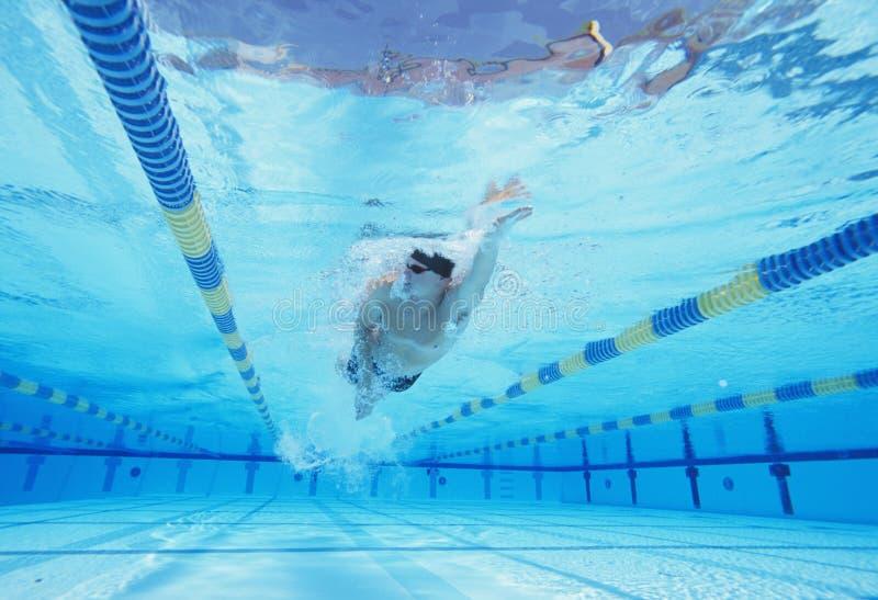Tiro subaquático da natação masculina nova do atleta na associação fotos de stock
